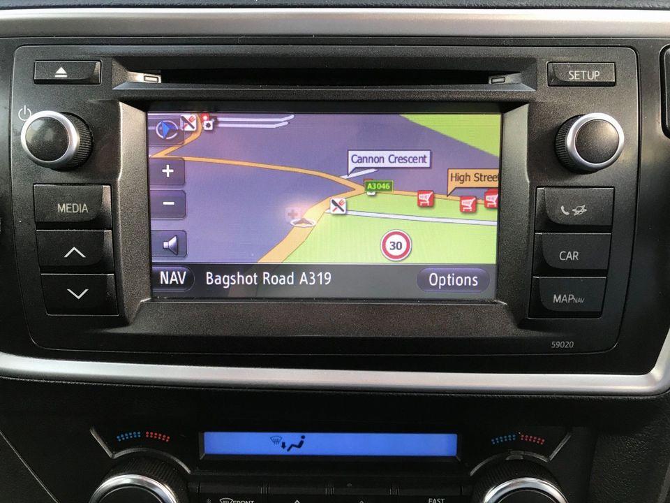 2014 Toyota Auris 1.8 VVT-h Excel e-CVT HSD 5dr - Picture 16 of 31