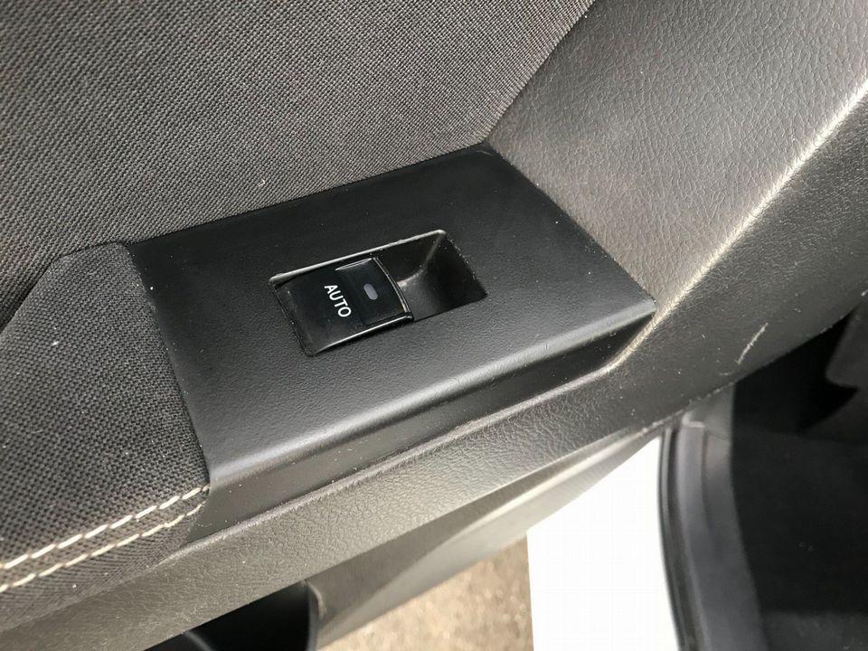 2014 Toyota Auris 1.8 VVT-h Excel e-CVT HSD 5dr - Picture 29 of 31