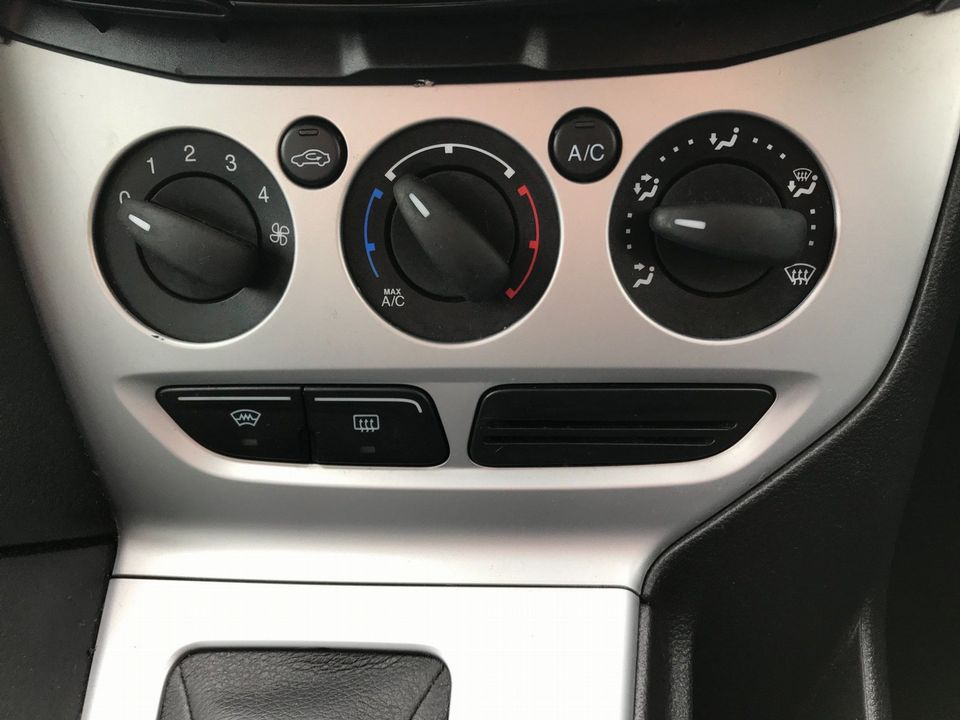 2012 Ford Focus 1.6 Zetec Powershift 5dr - Picture 22 of 33