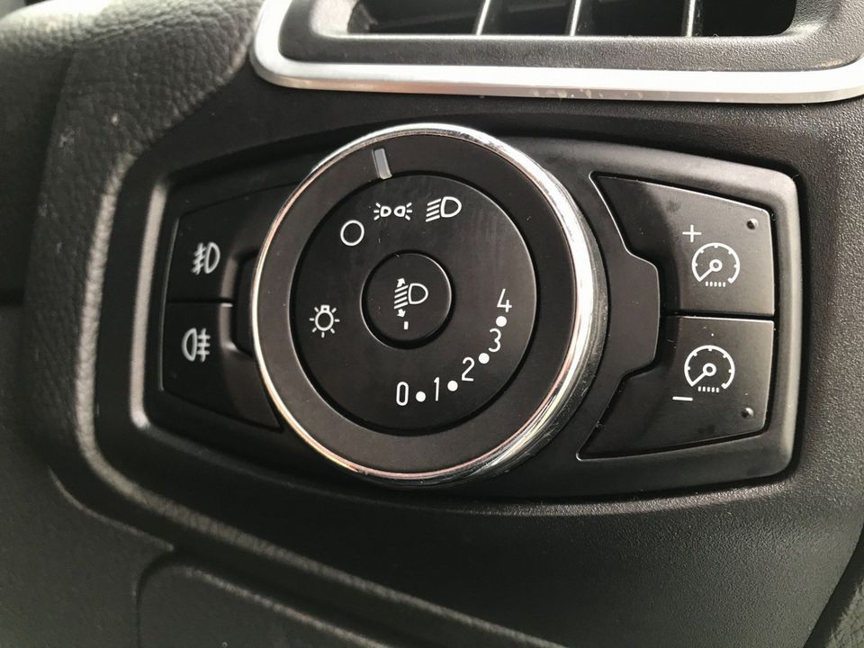 2012 Ford Focus 1.6 Zetec Powershift 5dr - Picture 28 of 33