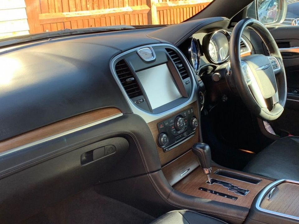 2012 Chrysler 300C 3.0 TD Executive 4dr - Picture 11 of 28